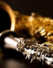 saxophone-et-clarinette-classiques-de-tenor-de-saxo-de-musique-dans-le-noir-28946419